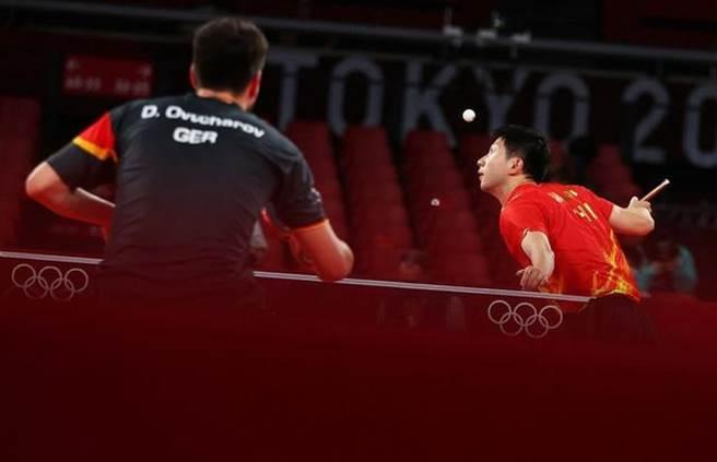 馬龍(右)擊敗德國選手後,大陸桌球男女單打兩金兩銀成囊中物。(大陸央視)