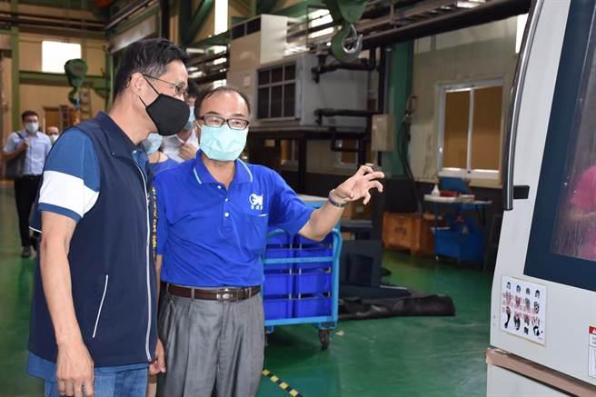 經發局長張峯源日前參訪新虎將機械工業股份有限公司。(台中市政府提供)