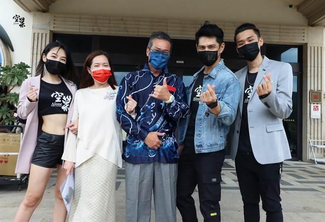蔡詩羽(左起)、林秀玲、黃仲崑、戴祖雄及葉周權於貢寮開拍新片。(《空巢》劇組提供)