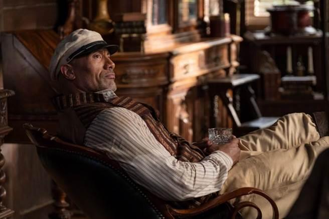 巨石強森在《叢林奇航》飾演法蘭克船長。(迪士尼提供)