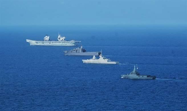 英國女王號航母率領的多國航母戰鬥群近日首次進入具有主權爭議的南海,在進入南海前,女王號停靠在新加坡進行補給。圖為女王號與新加坡海軍進行會合演習。(圖/推特@Distant_Witness) )