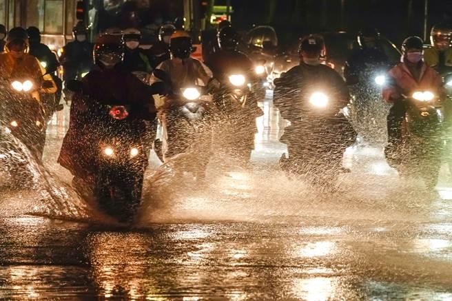 中央氣象局表示,西南風持續增強,明(30日)中南部雨勢更大,下半天起可能出現大規模降雨,雨勢將一路延續至下周。(資料照/黃子明攝)