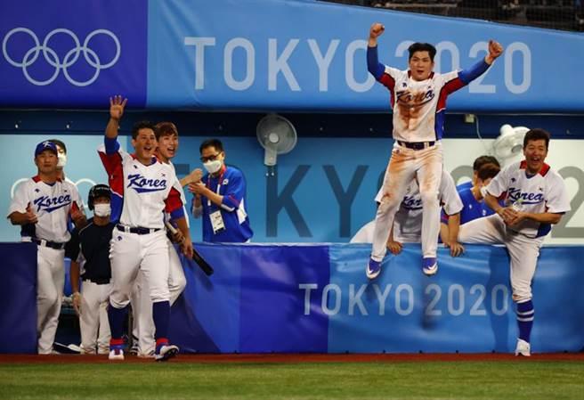 韓國隊在東京奧運小組賽首戰靠著再見觸身球險勝以色列。(路透)