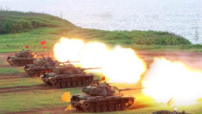 《富比世》指出,若共軍完整奪下設備齊全的台灣港口,國軍地面優勢將迅速消逝。圖為國軍M60A3進行實彈射擊。(圖/軍聞社提供)
