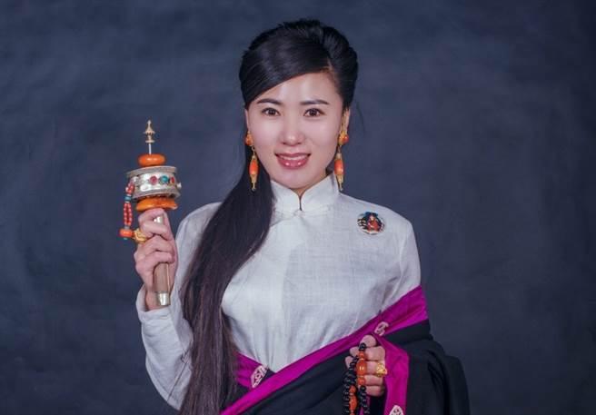 大陸藏族歌手覺乃娘毛吉驚傳車禍驟逝。(圖/翻攝自微博)