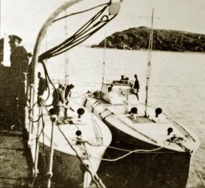 兩艘電雷學校的英國製魚雷快艇並泊於母船旁。(取自網路)