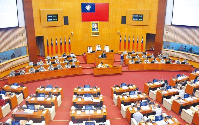 屏東縣人口增減攸關未來議員席次,使得相關問題成為此次定期會熱門話題。(林和生攝)