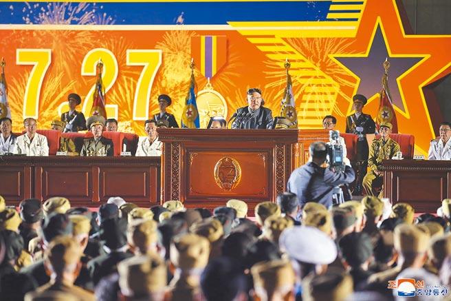 北韓領導人金正恩(中)27日在平壤出席全國老兵大會,他致詞時提到美帝侵略,但未提及自衛性核威懾力,以及韓朝、朝美關係,可能是顧及朝韓恢復通信聯絡線的當下,刻意避免刺激性言論。(朝中社)