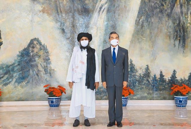 大陸國務委員兼外長王毅,28日在天津會見來華訪問的阿富汗塔里班政治委員會負責人巴拉達爾一行,希望塔里班與疆獨組織畫清界線。(新華社)