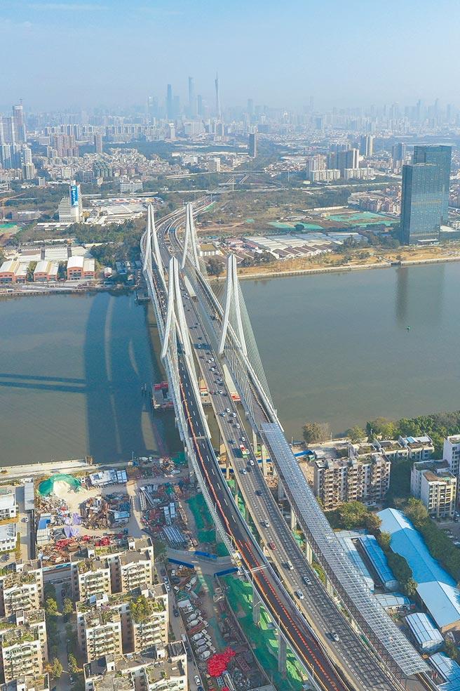 圖為廣東省廣州市,無人機航拍洛溪大橋。(中新社)