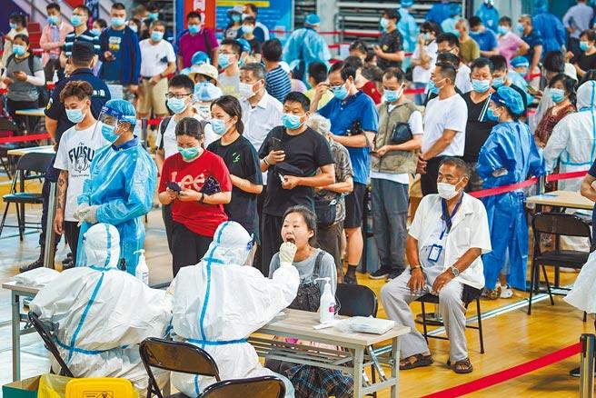 7月20日至今,南京累計本土確診已達155例,南京已經形同封城管理,圖為先前市民在南京市鼓樓區五台山體育中心體育館內進行核酸檢測取樣。(新華社)