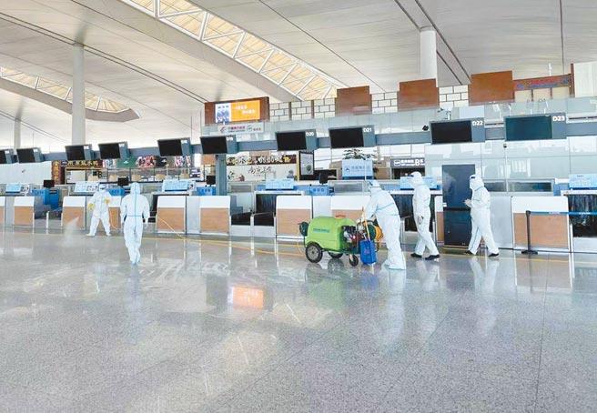 大陸江蘇南京疫情至今未控制,並往外擴散。南京祿口機場目前已停運。圖為日前機場進行大消毒。(新華社)