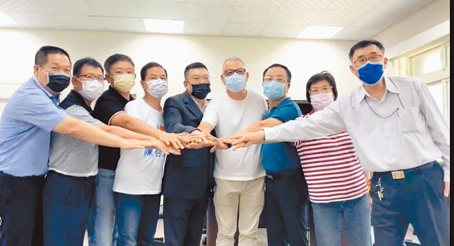 國民黨新竹市議會黨團辦理的下屆新竹市長初選民調結果由林耕仁(右四)勝出,右五為議長許修睿。(陳育賢攝)