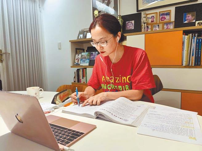 趙小僑疫情期間認真在家線上學韓文。(趙小僑提供)