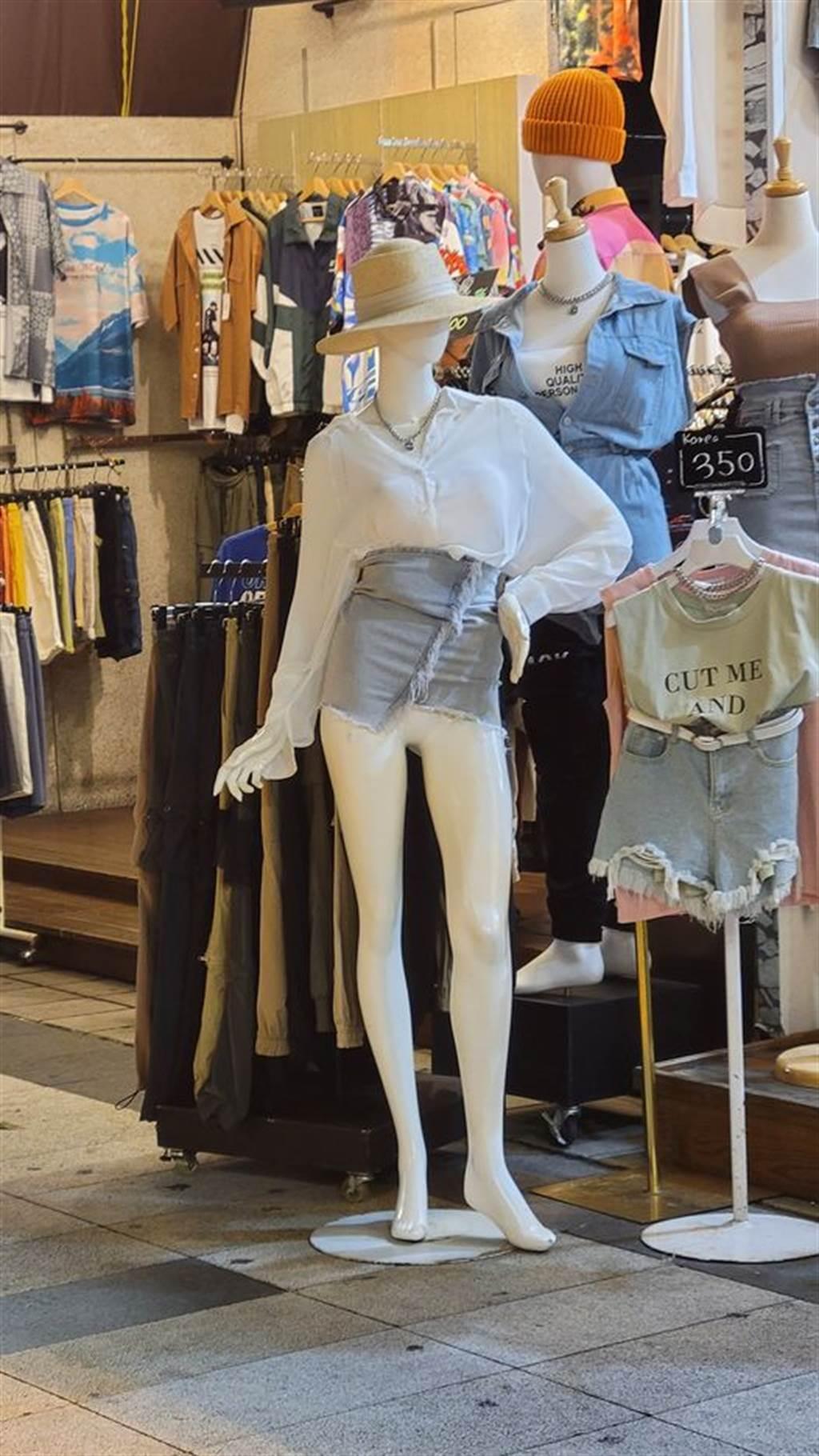 網友直擊1間服飾店為了展示高腰短裙能呈現修長美腿,為人形模特兒換上短裙後,直接將短裙拉到立牌模特兒胸部下方,將模特兒的私密處展示出來。(翻攝自臉書「路上觀察學院」)