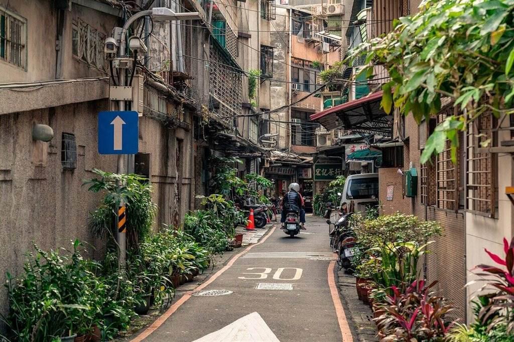 好的房仲人員往往深耕社區,手上會有很多A級物件都在隱密的巷弄內,想要找好房也需要仰賴他們(圖片來源:pixabay)