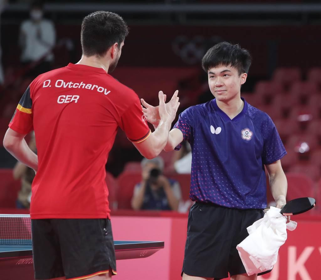 獲勝的奧恰洛夫與林昀儒(右)兩人惺惺相惜,賽後握手致意。(季志翔攝)