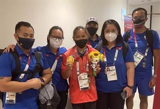 東奧》菲律賓舉重奪史上首金 中國籍教練躲角落自稱心情矛盾