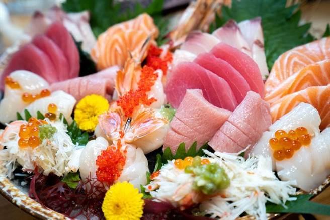 生魚片、握壽司是許多人的最愛,但好吃的價格通常不便宜。(示意圖/shutterstock)