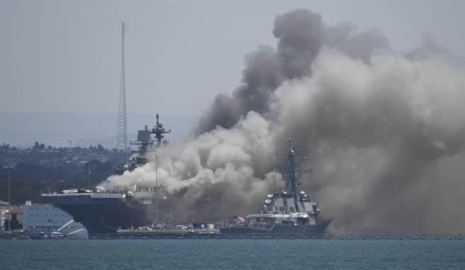 美國海軍29日宣布,起訴去年7月涉嫌在聖地牙哥縱火,燒了兩棲攻擊艦「好人理查」號(USS Bonhomme RichardLHD-6,見圖),並傷了超過60人的水兵。(美聯社)
