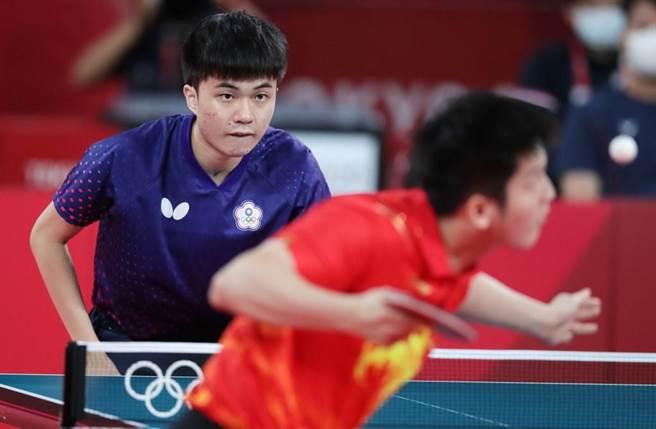 林昀儒(左)與大陸樊振東(右)纏鬥七盤落敗,但實力已受到肯定。(季志翔攝)