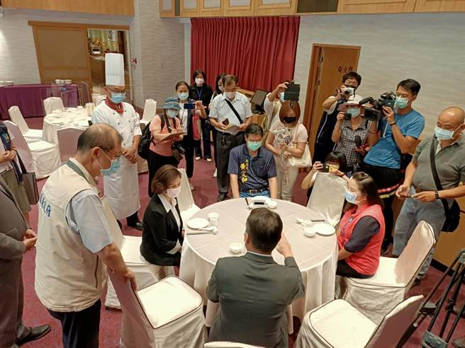 宜蘭縣長林姿妙30日上午前往礁溪兆品酒店,瞭解業者開放內用的防疫準備是否周全。(胡健森攝)