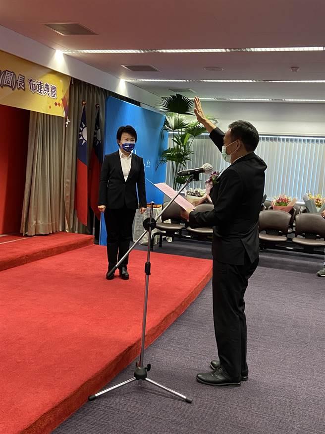 台中市長盧秀燕30日在出席110學年度第1學期市立各級學校新(連)任校(園)長布達典禮。(盧金足攝)