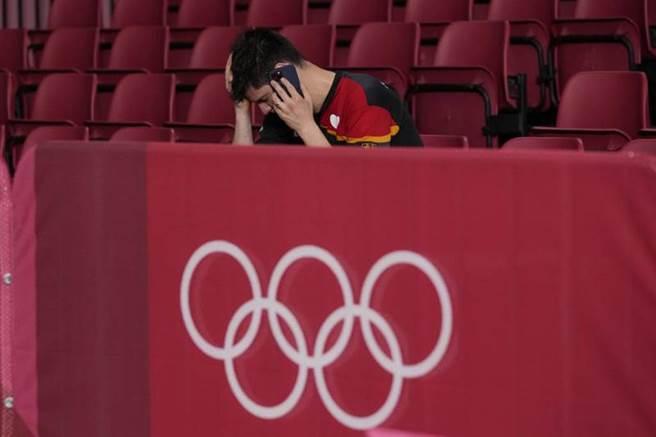德國桌球好手奧恰洛夫,4強戰輸球後留在觀眾席打越洋電話。(美聯社)