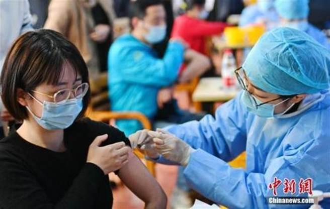 大陸突破16億劑次,專家提醒接種疫苗能降低新冠流行程度和病死率。(中新社)