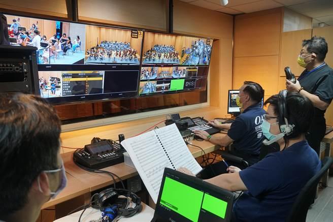 國台交演奏廳升級為數位音樂廳,將提供4K5G超高解析度畫質及96kHz/24bit高解析音訊,最高等級串流品質即時數位傳播的服務,圖為中控室為8/1日的直播音樂會做預演。(黃國峰攝)