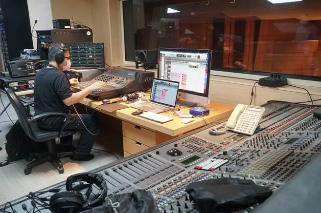 國台交演奏廳升級為數位音樂廳,將提供最高等級串流品質即時數位傳播的服務,圖為中控室收音中控台,可提供96kHz/24bit高解析音訊,與4K畫面整合。(黃國峰攝)