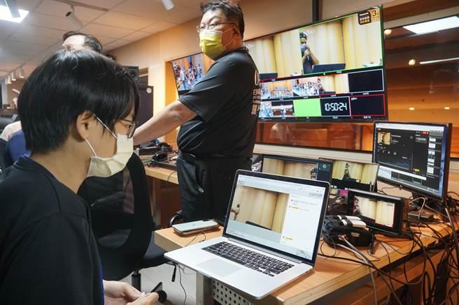 國台交演奏廳升級為數位音樂廳,將提供最高等級串流品質即時數位傳播的服務,圖為中控室直播控台,收導播台整合畫面後,由此選取畫面,透過5G訊號傳遞出去。(黃國峰攝)