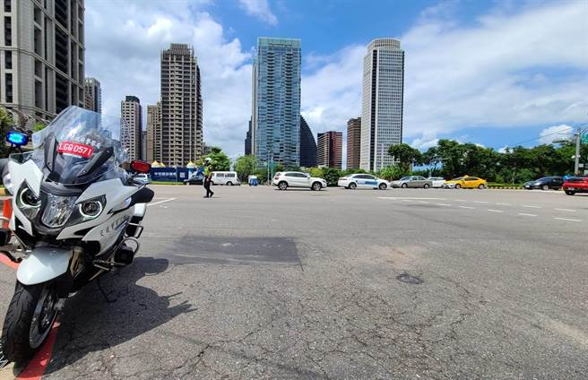 全國警戒降2級首周末,台中市警察局交通警察大隊預期,市區道路將湧入大批人車,加派警力交管。(台中市警二分局提供/張妍溱台中傳真)