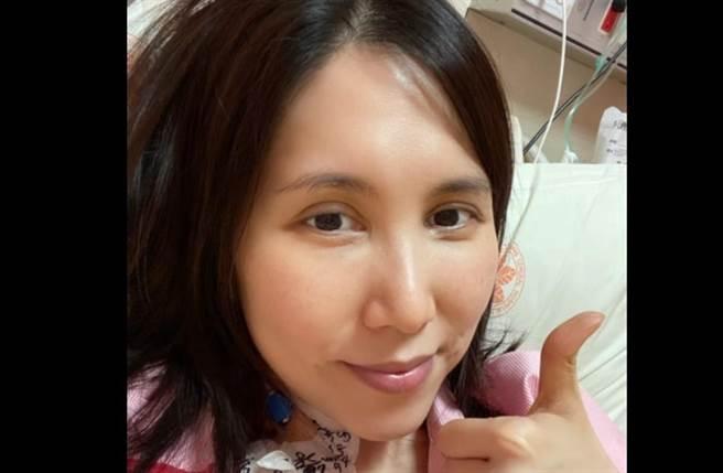 余苑綺癌復發住院開刀第4天,PO出病床照向粉絲報平安,透露身上還插著4根管子。(取自余苑綺臉書)