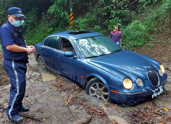高雄女開豪車闖關山陷泥沼,台南員警開車1個多小時拖吊解救。(讀者提供/劉秀芬台南傳真)