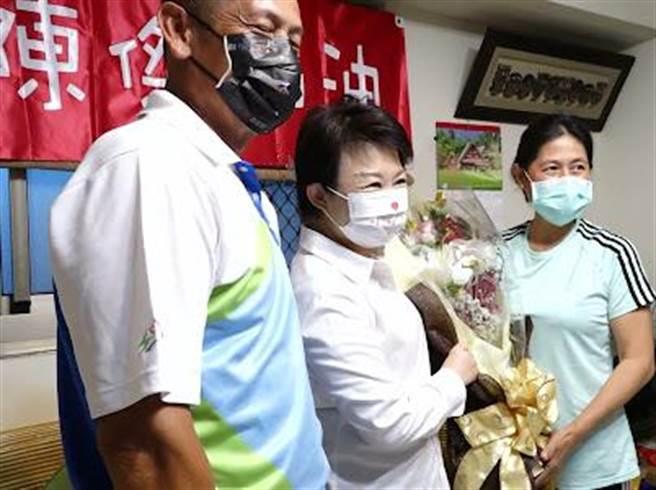 台中市長盧秀燕向陳傑父母致謝,強調「三度叩關奧運已是對陳傑最大的肯定」。(台中市府提供/盧金足台中傳真)