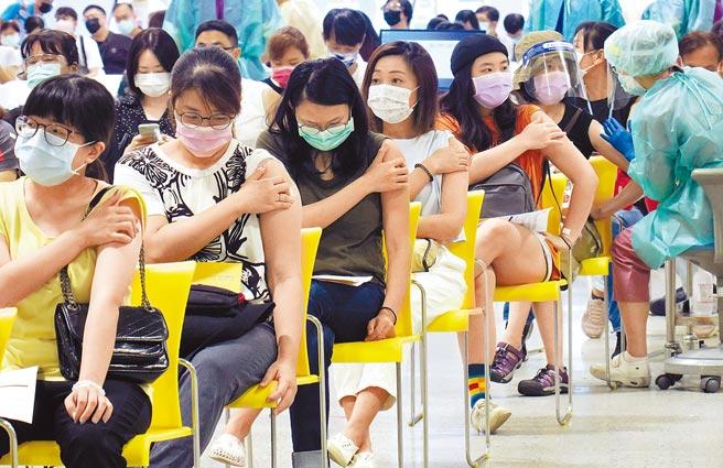 花博爭豔館疫苗接種站29日持續為國高中教職員施打疫苗,到場接種者相當踴躍。(姚志平攝)