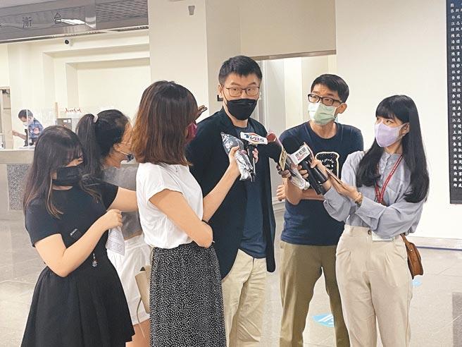 台北市長柯文哲28日爆,民進黨那些說要支持國產疫苗的都已打完2劑疫苗,民進黨北市議員梁文傑(中)29日坦言打完2劑,但也被質疑自己打完竟不准助理被議會造冊專案施打。(張薷攝)