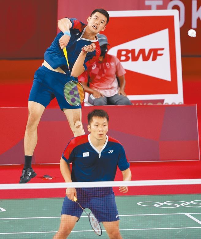 中華隊李洋(下)與王齊麟(上)在羽球男雙8強賽以直落2淘汰日本組合。 (季志翔攝)