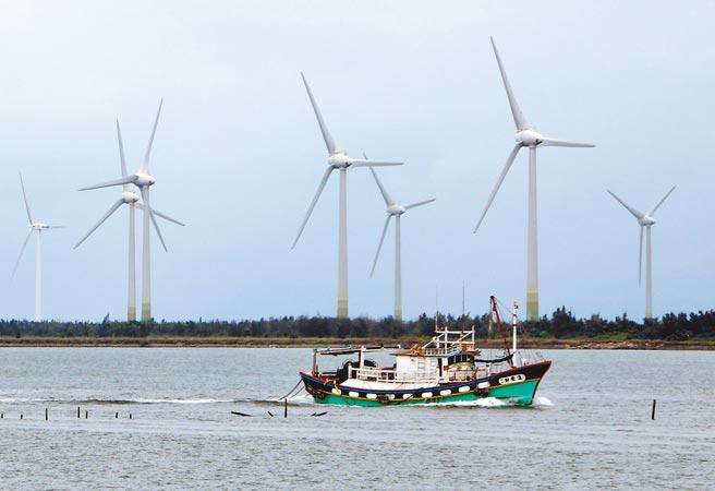 圖為漁船行經彰濱工業區的陸上風力發電場場景。(本報資料照片)