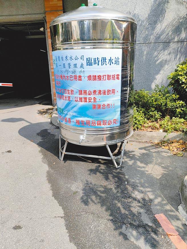引用「百拉卡原水」的淡水、三芝山區居民,每遇上枯水期常會斷水。停水時,台灣自來水公司出動1台水車、5座臨時供水站供民眾使用。(新北市議員鄭宇恩提供/戴上容新北傳真)
