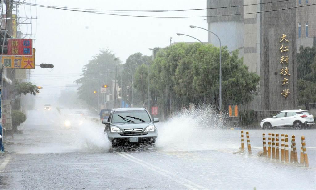 大仁科技大學前每逢大雨便淹水,車輛經過濺起大片水花。(林和生攝)