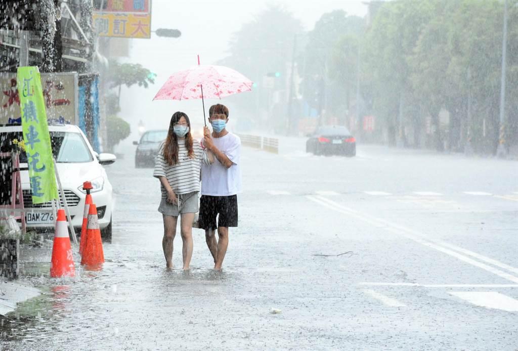 受到西南氣流帶來的豪大雨勢,鹽埔鄉積水超過民眾腳踝。(林和生攝)