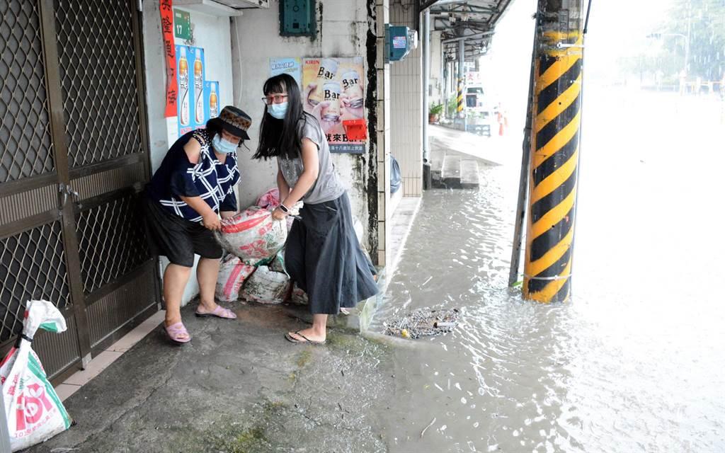 擔心豪雨恐導致淹水,鹽埔鄉民趕緊堆起沙包,避免水會灌進屋內。(林和生攝)