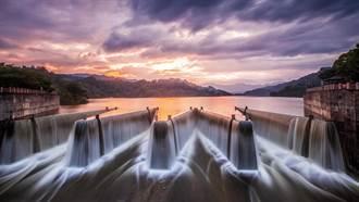 最美水庫 鯉魚潭水庫自然溢流晨景超壯觀