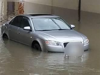 台南突來暴雨襲擊 汽車硬闖地下道受困