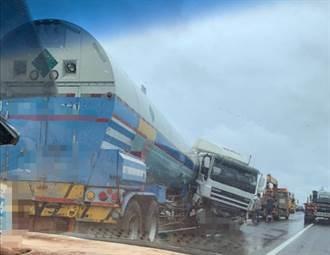 聯結車打滑撞護欄一秒「折甘蔗」 台61彰化線西段單線通行