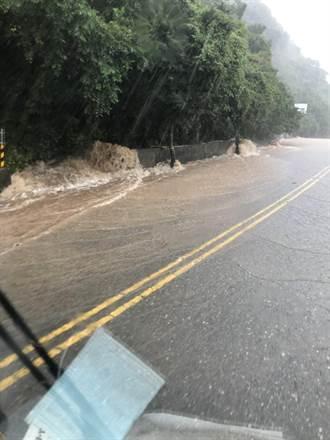雨彈狂襲 陽金公路積淹水達半個輪胎