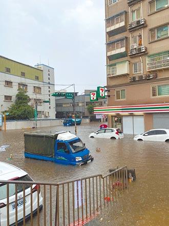 桃園龜山淹水 開車如陸上行舟