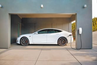 Tesla滿電出門套裝上路 和運推安心租賃專案